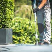Groene aanslag op tuintegels verwijderen